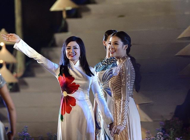 NSƯT Thu Hà cùng dàn người mẫu.