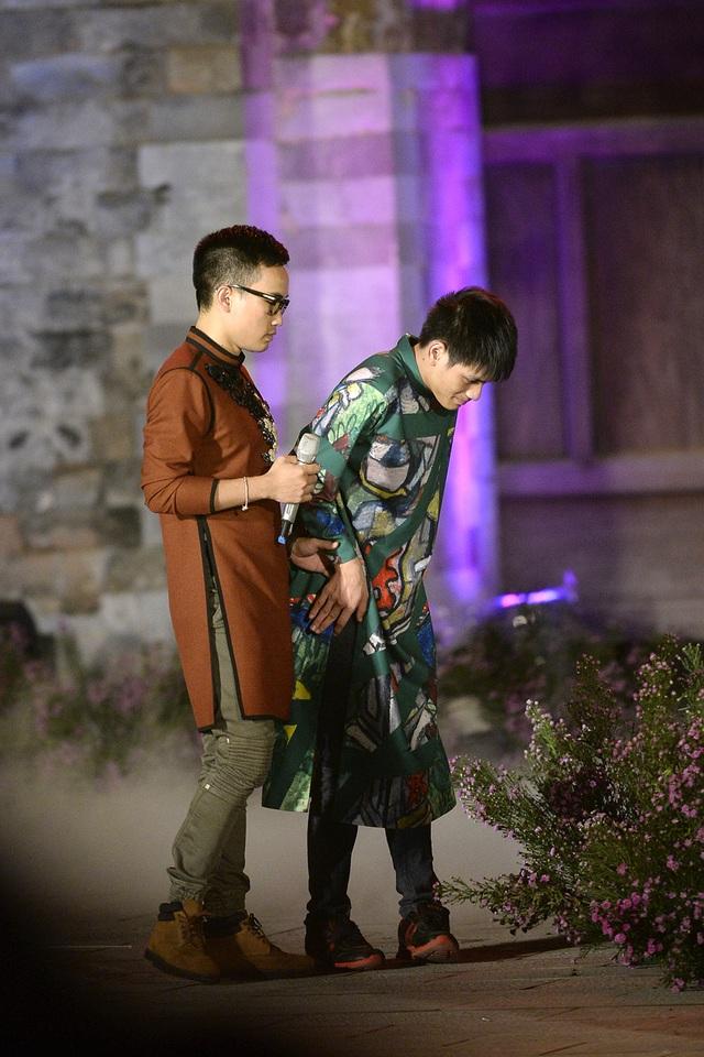 Nhà thiết kế Hà Duy bên người mẫu khuyết tật.