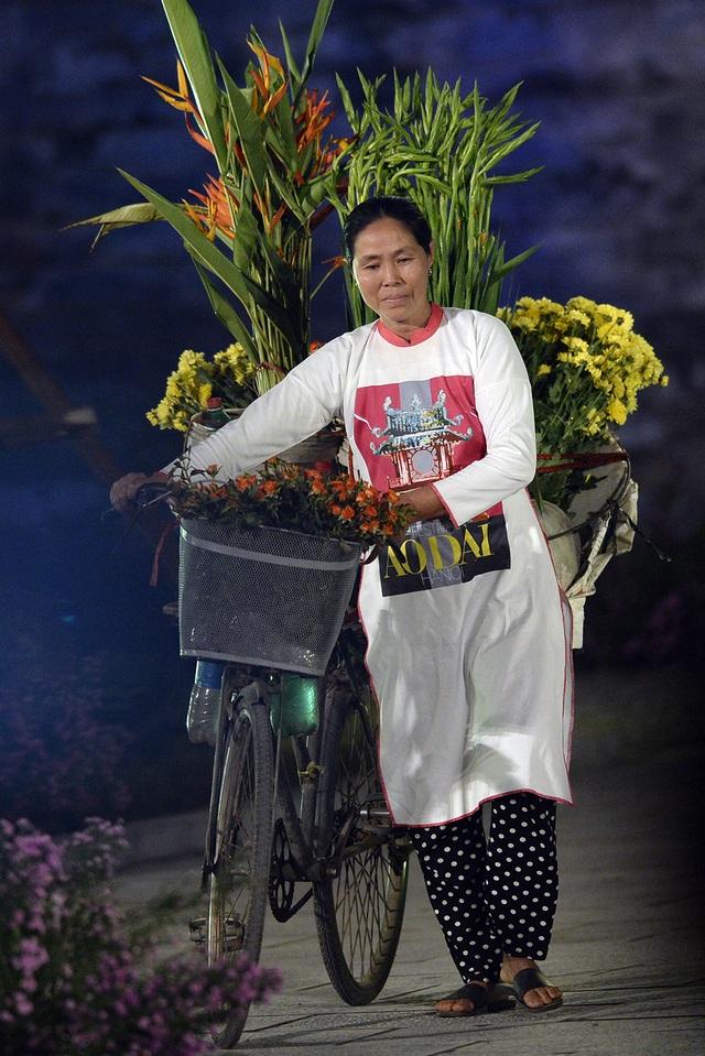 Những chiếc xe hoa rất đặc trưng của phố phường Hà Nội. Người trình diễn cũng là những người bán hoa quen thuộc trên nhiều con phố.