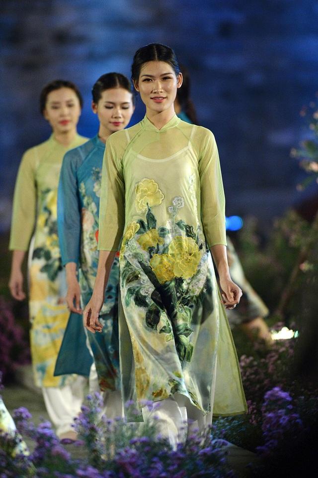 Những loài hoa đặc trưg của Hà Nội được tài hiện trên áo dài bằng công nghệ in 3D và thêu.