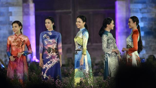 Hà Nội 12 mùa hoa thể hiện đậm đặc trên những tà áo dài truyền thống