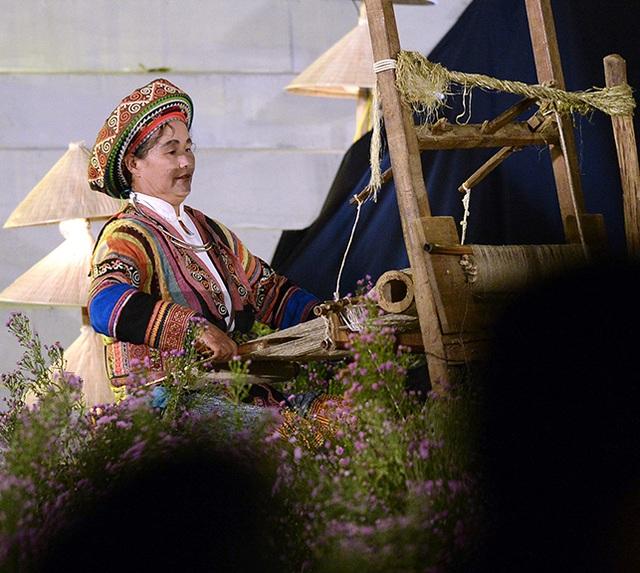 Nghệ nhân Vàng Thị Mai nổi tiếng về nghề dệt lanh của người Mông ở Hà Giang.