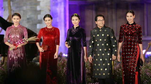 NSND Trần Nhượng cùng dàn người mẫu.