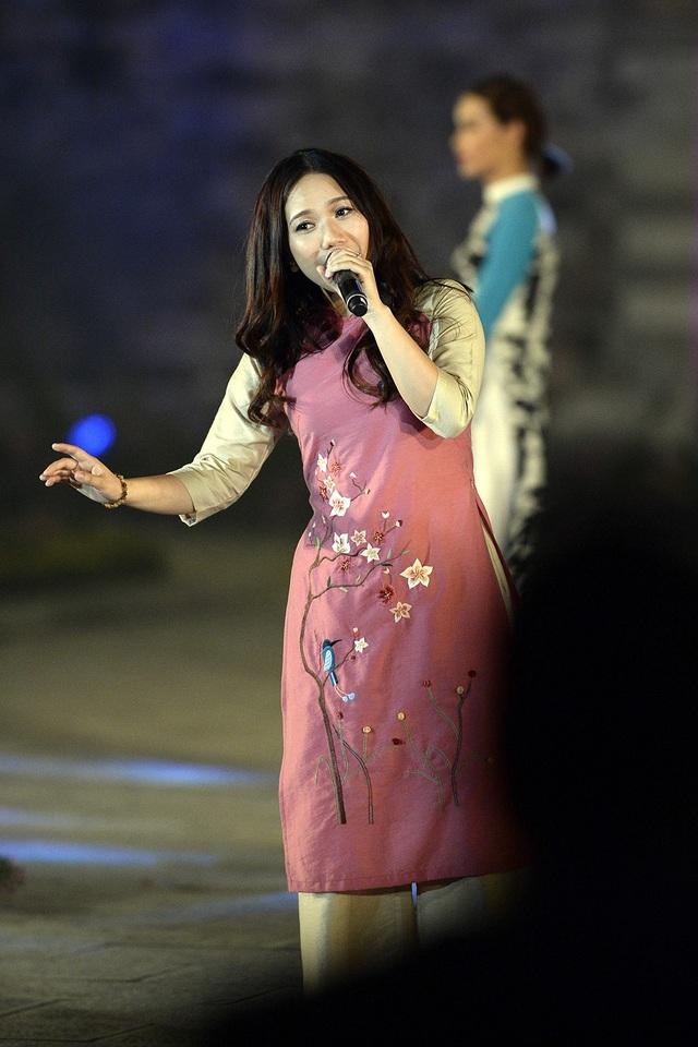 Ca sĩ Thuỳ Chi biểu diễn trong chương trình.