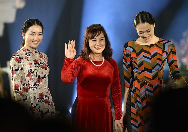 NSND Hoàng Cúc bên cạnh người đẹp Phùng Lan Hương và Thuỷ Tiên vừa bước ra từ Hoa hậu Việt Nam 2016.