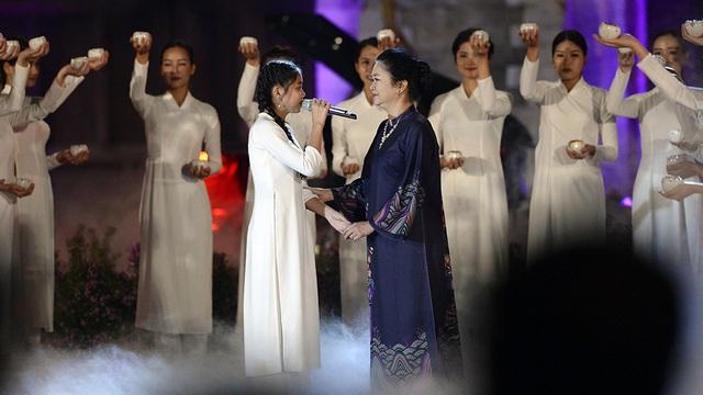 NSƯT Diệu Thuần trong hoạt cảnh Huyền thoại mẹ do ca sĩ nhí Nhã Thy biểu diễn.