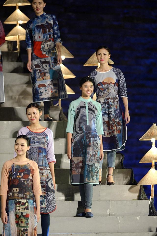 Tranh vẽ phố Hà Nội cũng được tái hiện trên những tà áo dài cách điệu phối với quần Jean.