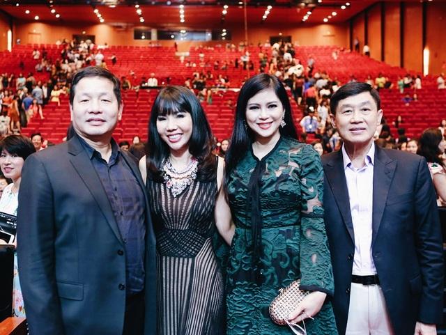 Những người đàn anh, đàn chị thân thiết lâu năm của Mr Đàm như bố mẹ chồng Hà Tăng, doanh nhân Dương Quốc Nam… cũng bay từ TP. Hồ Chí Minh ra Hà Nội để ủng hộ tinh thần cho nam ca sỹ.