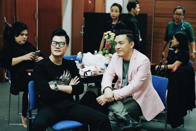 Ca sĩ Quang Dũng và Lam Trường đột nhập hậu trường động viên nhân vật chính.