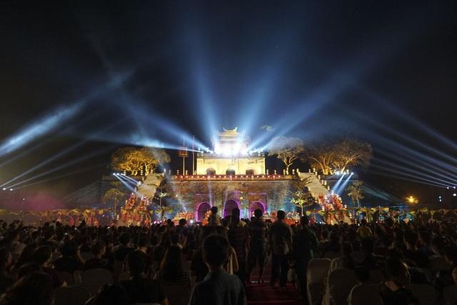 Khán giả đã đến xem đêm bế mạc rất đông. Nhiều người vẫn háo hức muốn được xem tiếp những tiết mục trình diễn đầy tính nghệ thuật và sáng tạo.