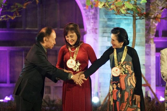 Nhà báo Phạm Huy Hoàn bắt tay cảm ơn các nghệ sĩ điện ảnh hàng đầu Việt Nam - NSND Trà Giang, NSND Hoàng Cúc đã tham gia Festival áo dài Hà Nội 2016.