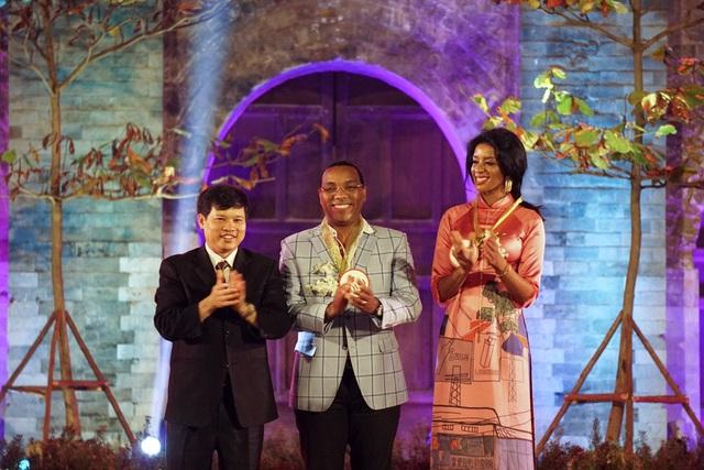 Và vợ chồng Đại sứ Haiti. Bà phu nhân Đại sứ Haiti là người đã đồng hành cùng Festival Áo dài Hà Nội trong đêm khai mạc và bế mạc.