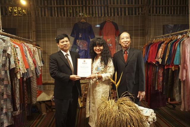 Sau khi hoàn tất lễ bế mạc, đại diện BTC đã đi thăm từng gian hàng và trao giấy chứng nhận cho các nhà thiết kế. Trong ảnh là ông Ngô Văn Quý và ông Phạm Huy Hoàn trao giấy chứng nhận cho nhà thiết kế Hữu Lala.