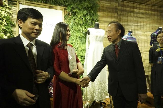 Trao giấy chứng nhận cho nhà thiết kế Lan Hương.