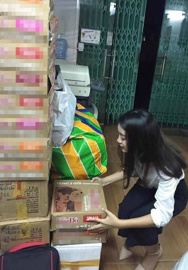 Tân Hoa hậu tự tay nhận những thùng đồ từ những người ủng hộ và tự tay mang đến cho người dân miền Trung. Ảnh: FBNV.