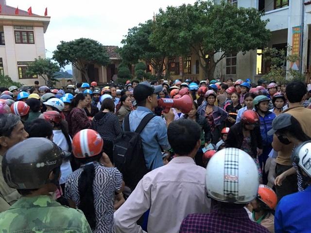 MC Phan Anh giữa vòng vây của những người dân ở Quảng Bình. Ảnh: FBNV.