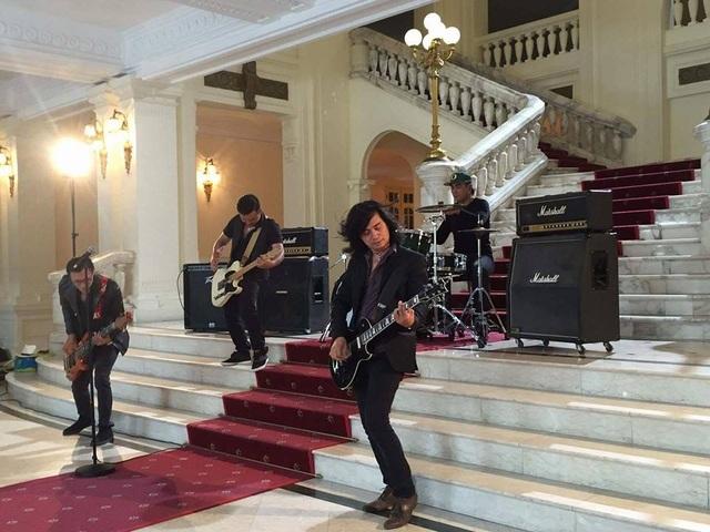 Ban nhạc Bức Tường trong một cảnh quay của MV Tháng 12 để kỷ niệm ngày sinh của cố thủ lĩnh Trần Lập. Ảnh: BT.