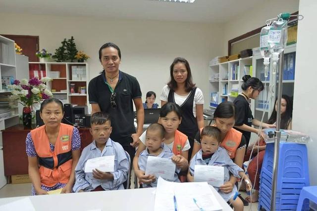 Guitar Tuấn Hùng và bà xã cố ca nhạc sĩ Trần Lập trong chuyến từ thiện ở bệnh viện K. hồi tháng 4 vừa qua. Ảnh: BT.