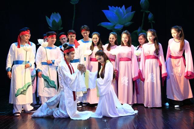 Cảnh Thuý Kiều gặp gỡ Kim Trọng bên hồ sen trong vở kịch. Ảnh: NHKVN.