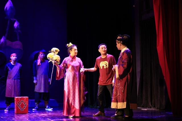 Đạo diễn, NSND Anh Tú đang thị phạm cho diễn viên trong một cảnh của vở kịch Chuyện nàng Kiều. Ảnh: NHKVN.