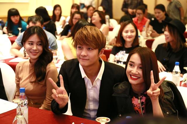 Kang Tea Oh nhí nhảnh bên Nhã Phương trước khi bắt đầu buổi họp báo. Ảnh: VFC.