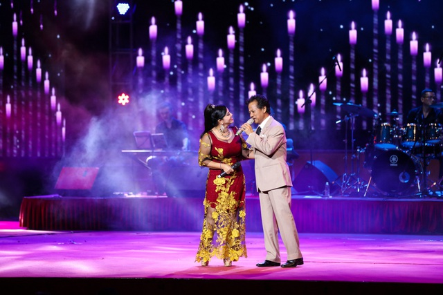 Chế Linh hát song ca với Ngọc Ánh.