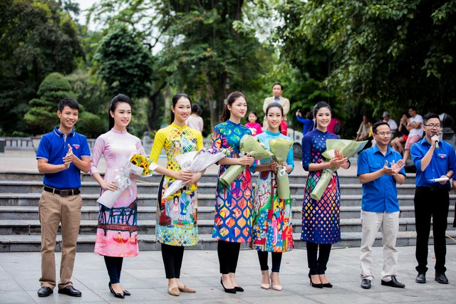 Ngọc Hân, Mỹ Linh, Thanh Tú mặc áo dài nhảy flashmob ở Hồ Gươm - 10