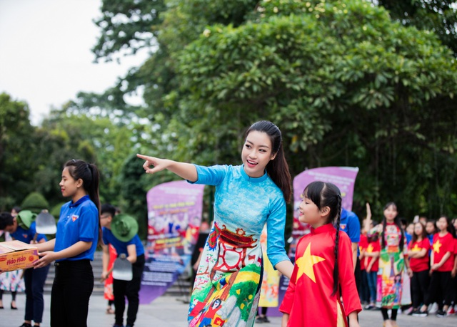 Ngọc Hân, Mỹ Linh, Thanh Tú mặc áo dài nhảy flashmob ở Hồ Gươm - 8