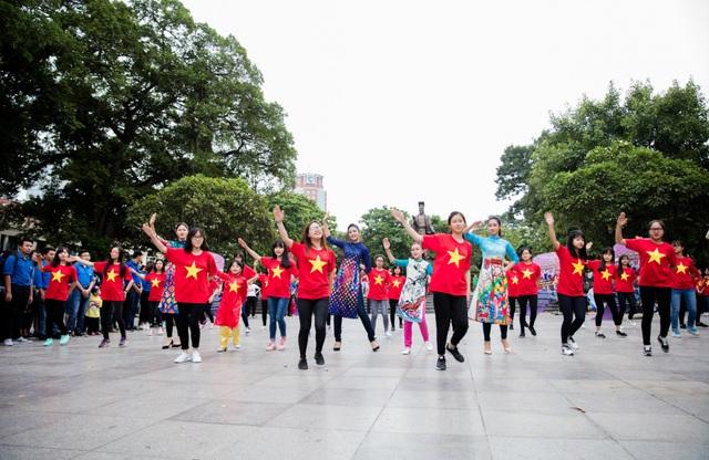 Bên cạnh sự kiện, các Hoa hậu, người đẹp và các bạn học sinh, sinh viên còn tham gia nhiều hoạt động khác như tặng quà cho người vô gia cư và trẻ em khuyết tật, dọn vệ sinh quanh khư vực phố đi bộ,… để nhân lên những việc làm tử tế.