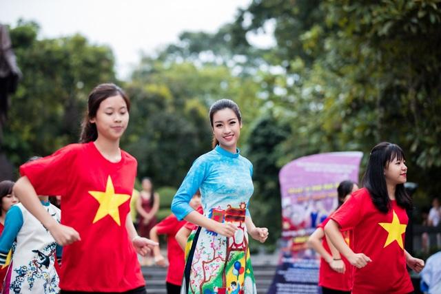 Ngọc Hân, Mỹ Linh, Thanh Tú mặc áo dài nhảy flashmob ở Hồ Gươm - 3