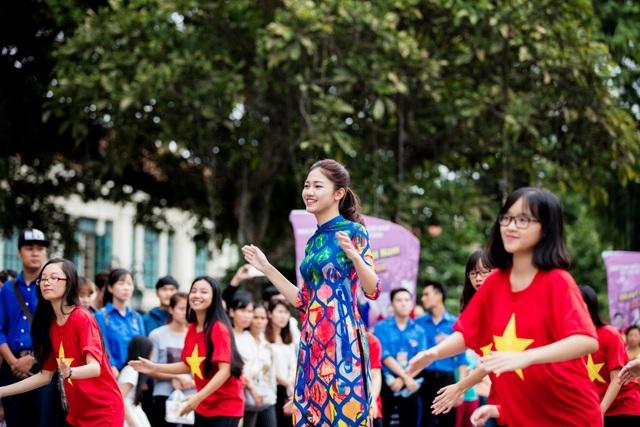 Ngọc Hân, Mỹ Linh, Thanh Tú mặc áo dài nhảy flashmob ở Hồ Gươm - 2