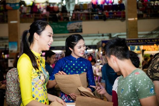 Xuất hiện tại khu vực tượng đài Lý Thái Tổ trước hồ Gươm vào sang sớm hôm qua, năm người đẹp trong trang phục áo dài độc đáo do chính Hoa hậu Ngọc Hân thiết kế đã thu hút sự chú ý của các bạn trẻ và người đi đường.