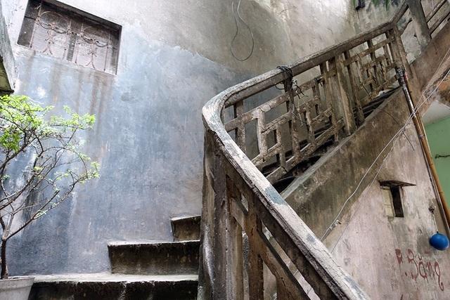 Lối lên nhà nghệ sĩ Phạm Bằng là một cầu thang bằng bê tông cũ kỹ.