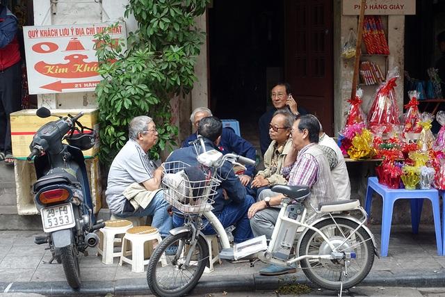 Trong câu chuyện của những người già trong khu phố bên ly cà phê sáng có cả câu chuyện về người hàng xóm - nghệ sĩ Phạm Bằng vừa đi xa.