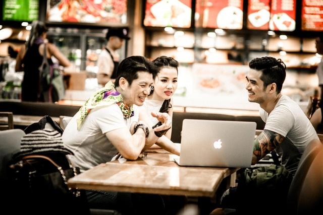 Ngoài đời, Thiên Nguyễn có quan hệ rất thân thiết với vợ chồng Dustin Nguyễn. Có cùng đam mê điện ảnh và võ thuật nên Dustin và Thiên Nguyễn thường chia sẻ và trao đổi với nhau rất nhiều về nghề nghiệp, sở thích.