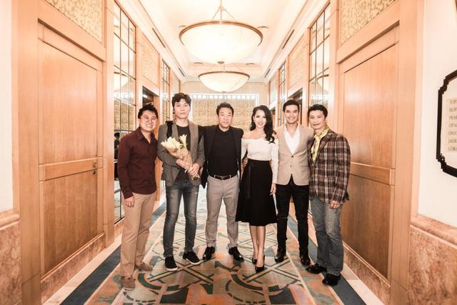 Chụp ảnh cùng đoàn làm phim nước ngoài đến dự LHP.