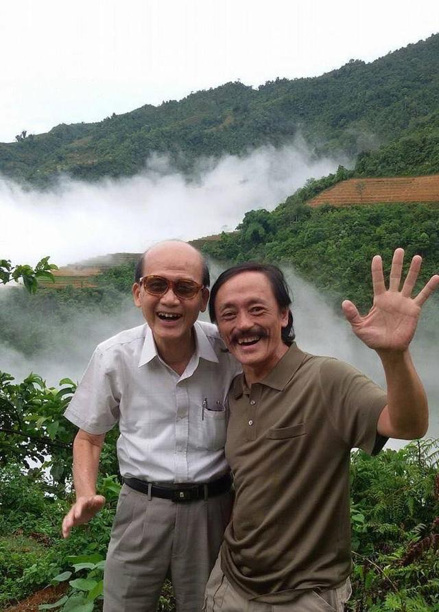 Ảnh của nghệ sĩ Giang còi với nghệ sĩ Phạm Bằng khi đi lưu diễn ở vùng cao. Ảnh: HG.
