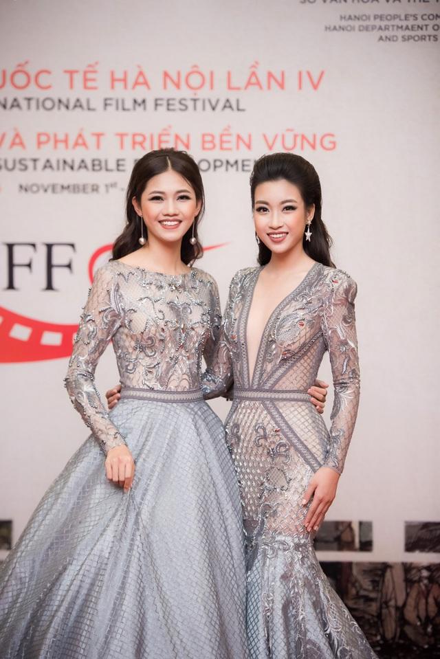 Là hai người đẹp xuất hiện trên thảm đỏ đầu tiên, Hoa hậu Mỹ Linh và Á hậu Thanh Tú gây chú ý với hai bộ váy có màu sắc và hoạ tiết gần giống nhau.