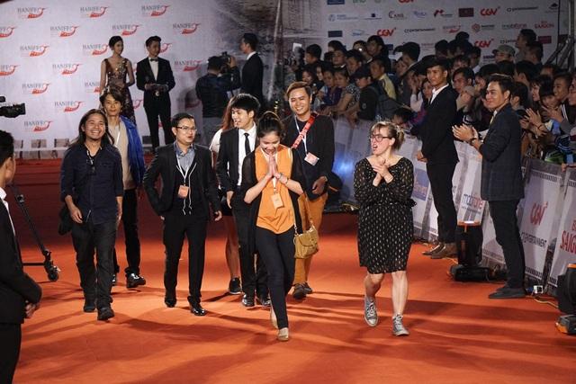 Một đoàn làm phim quốc tế vui mừng vì được chào đón nhiệt tình.