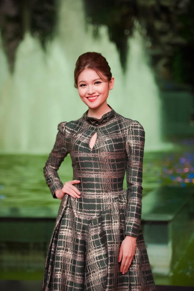 Á hậu Thuỳ Dung cũng góp mặt trên thảm đỏ tối qua trong bộ váy xanh hoạ tiết kín đáo và thanh lịch.