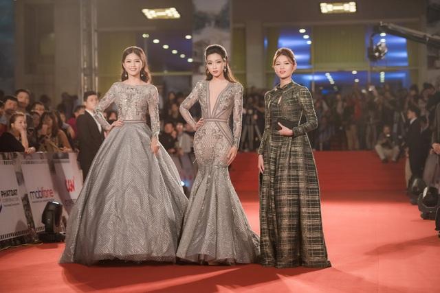Đáng chú ý trên thảm đỏ tối qua là dàn Hoa hậu, Á hậu, người đẹp xuất thân từ cuộc thi Hoa hậu Việt Nam 2016 với những bộ váy áo cầu kỳ và lộng lẫy nhất khiến các quan khách phải trầm trồ khen ngợi.