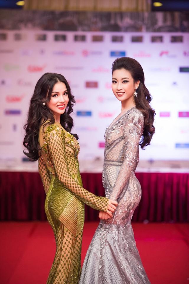 Hoa hậu Mỹ Linh đọ váy với nhà sản xuất Bebe Phạm.