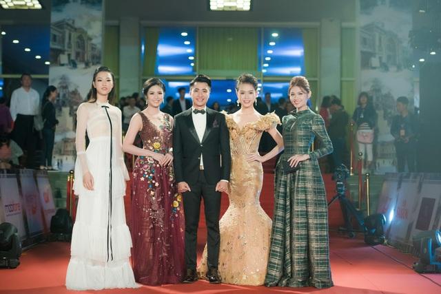 Cùng xuất hiện trên thảm đỏ tối hôm qua còn có Hoa hậu Ngọc Hân trong vai trò MC. Cô diện đầm hoa quyến rũ, tung hứng ăn ý bên bạn dẫn Anh Duy trên thảm đỏ.