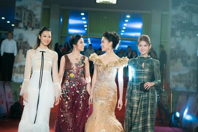 Ngoài ra, còn có hai người đẹp trong top 10 cuộc thi HHVN 2016 là Người đẹp nhân ái Thuỷ Tiên trong bộ váy ren trắng và Người đẹp truyền thông Phùng Bảo Ngọc Vân trong bộ đầm dạ hội cầu kỳ màu vàng đồng .