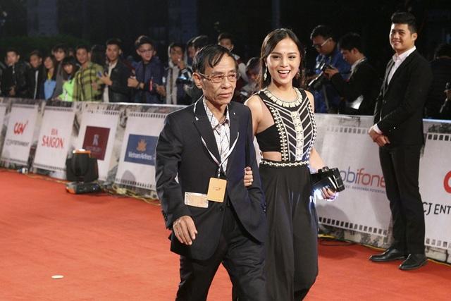 Nhà biên kịch Hoàng Nhuận Cầm và một diễn viên trẻ.