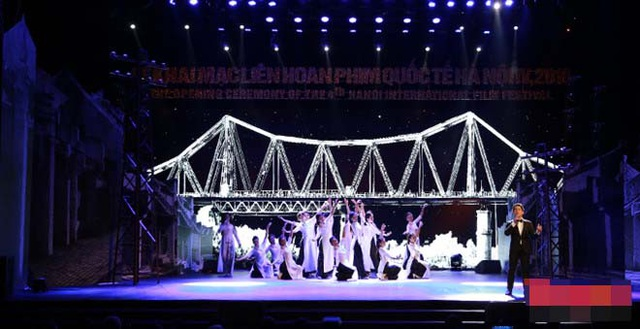 Sân khấu khai mạc LHP có biểu tượng của cầu Long Biên - chiếc cầu mang tình hữu nghị Việt Pháp. Ảnh: Nam Nguyễn.