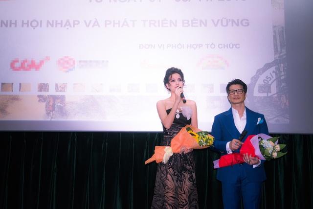 Bebe Phạm và Dustin Nguyễn giao lưu với khán giả.