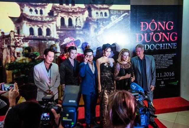 Nữ diễn viên phim Đông Dương và đạo diễn chụp ảnh lưu niệm với các nhà làm phim Việt.