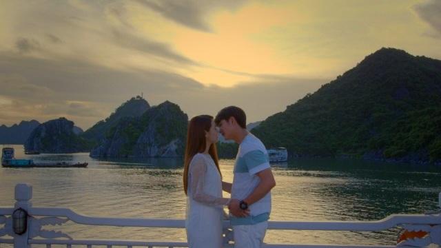 Cả hai đã trao nhau nụ hôn ngọt ngào trong ráng chiều trên du thuyền Vịnh Hạ Long.