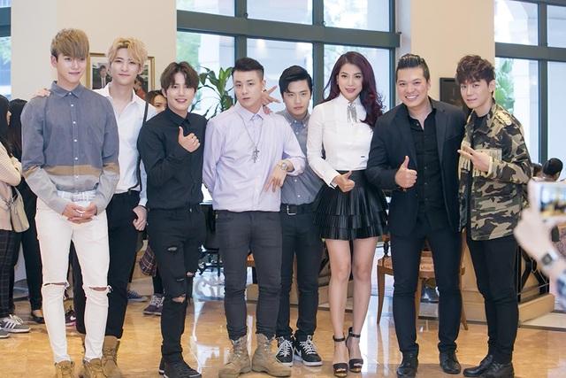 Vừa đáp chuyến bay đến Hà Nội vào sáng ngày 1/11, nhóm nhạc gồm 5 thành viên điển trai Offroad bày tỏ sự háo hức khi chuẩn bị được thưởng thức 1 dự án phim hành động nổi tiếng tại Việt Nam.